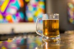 Tasse de bière sur le compteur Images stock