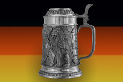 Tasse de bière sur le fond du drapeau de l'Allemagne Photos libres de droits