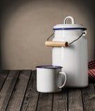 Tasse de bidon et boîte métallique émaux de stockage de cuisine Image libre de droits