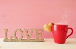 Tasse de biscuits de forme de coffe et de coeur Image stock