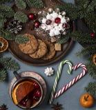 Tasse de biscuits de Noël année d'arbre de thé de nouvelle photos libres de droits