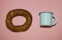 Tasse de bleu de bagel et en métal Images libres de droits