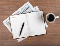 Tasse de bloc-notes et de café sur la table en bois Photographie stock libre de droits