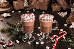 Tasse de boisson de cacao de chocolat chaud avec guimauves image stock