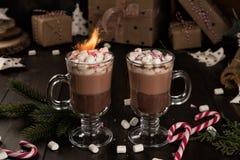 Tasse de boisson de cacao de chocolat chaud avec guimauves et cierges magiques images stock