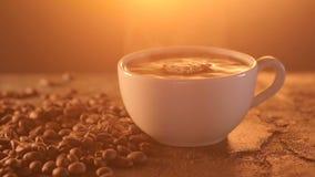Tasse de boisson chaude avec la vapeur clips vidéos