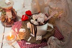 Tasse de boisson de chocolat chaud avec des sucreries de guimauve sur le dessus et le c Photographie stock