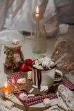 Tasse de boisson de chocolat chaud avec des sucreries de guimauve sur le dessus et le c Photographie stock libre de droits