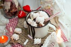 Tasse de boisson de chocolat chaud avec des sucreries de guimauve sur le dessus et le c Photo stock
