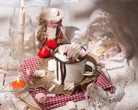 Tasse de boisson de chocolat chaud avec des sucreries de guimauve sur le dessus et le c Photo libre de droits