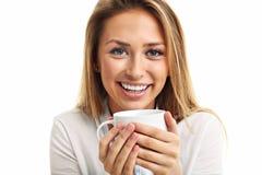 Tasse de boissons de femme adulte de café de thé d'isolement au-dessus du blanc photo libre de droits