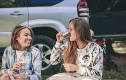 Tasse de boissons de femme de café avec l'ami dans le terrain de camping Photo stock