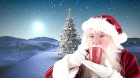 Tasse de boissons de Santa à côté d'arbre de Noël clips vidéos