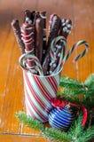 Tasse de bretzels de chocolat sucré pour Noël photographie stock libre de droits