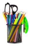 Tasse de bureau avec des ciseaux, des crayons et des stylos Images libres de droits