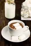 Tasse de cacao chaud avec des marchmallows sur le fond en bois Images stock