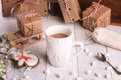 Tasse de cacao ou de chocolat sur le fond en bois de Noël image stock