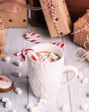 Tasse de cacao ou de chocolat sur le fond en bois de Noël photographie stock