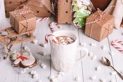 Tasse de cacao ou de chocolat sur le fond en bois de Noël photo stock