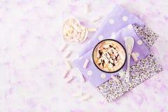 Tasse de cacao ou de chocolat chaud avec la guimauve sur un fond clair Photo stock