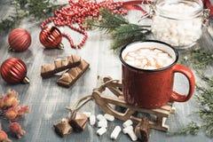 Tasse de cacao sur le fond en bois gris photos stock