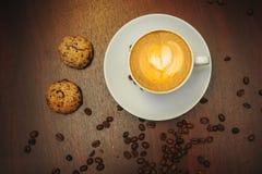 Tasse de café à aller sur la table en bois avec l'art de latte Café de rue Vue supérieure Photographie stock libre de droits