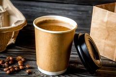 Tasse de café à s'attaquer au fond en bois photos stock