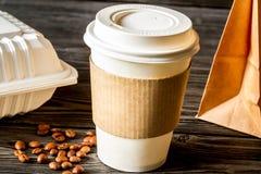 Tasse de café à s'attaquer au fond en bois image libre de droits