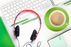 Tasse de café, écouteurs et fournitures de bureau Photographie stock libre de droits