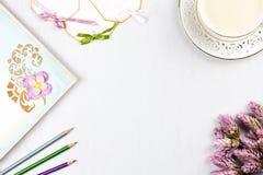 Tasse de café élégante, carnet, étiquettes de papier et configuration d'appartement de fleurs Fond féminin dans des couleurs en p Image libre de droits