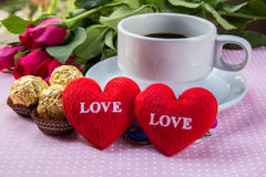 Tasse de café, amour des textes de coeur de forme, chocolat, amandes Photos libres de droits