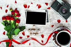 Tasse de café, appareil-photo de vintage rétro avec le cadre de photo, roses rouges et je t'aime inscription Photo stock