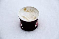 Tasse de café aromatique chaud dans la neige photo stock
