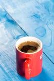 Tasse de café au-dessus de fond en bois bleu de planches Photo libre de droits