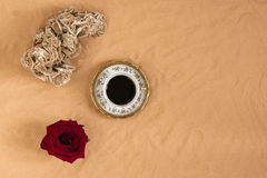Tasse de café au-dessus du sable avec des roses Images stock