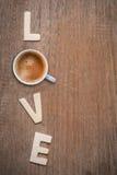 Tasse de café avec amour en bois de lettres Image libre de droits