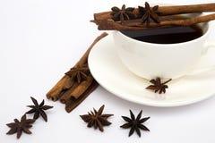 Tasse de café avec de la cannelle et l'anis Photo libre de droits