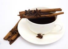Tasse de café avec de la cannelle et l'anis Image stock