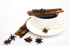 Tasse de café avec de la cannelle et l'anis Images stock