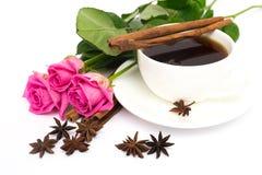 Tasse de café avec de la cannelle et l'anis ; et bouquet des roses Photo libre de droits