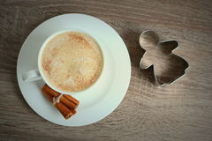 Tasse de café avec de la cannelle et peu d'ange Images stock