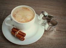 Tasse de café avec de la cannelle et peu d'ange Photo libre de droits