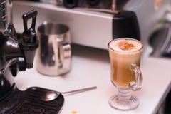 Tasse de café avec de la cannelle sur la table Images libres de droits