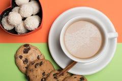 Tasse de café avec des biscuits et des sucreries Image stock