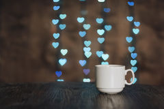 Tasse de café avec des coeurs de bokeh Bokeh et une tasse Photo libre de droits