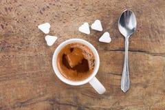 Tasse de café avec des cubes en sucre dans la forme du coeur Photos stock