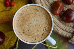 Tasse de café avec des feuilles, des châtaignes et le chapeau de pompon de fourrure de faux Photos stock