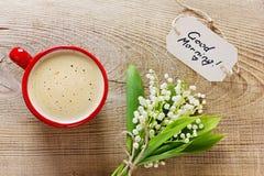 Tasse de café avec des fleurs et notes avec des mots Photographie stock