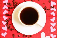 Tasse de café avec des grains de café Photographie stock libre de droits
