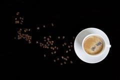 Tasse de café avec des grains de café Photos stock